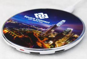 Wireless Charger mit 4er Hub inkl. 4c Allover-Druck und LED Logo in Kunststoffbox Luftfracht als Werbeartikel