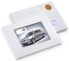 Bedruckte L-Plätzchen/Pralinentafel in Kartonage mit Sichtfenster als Werbeartikel